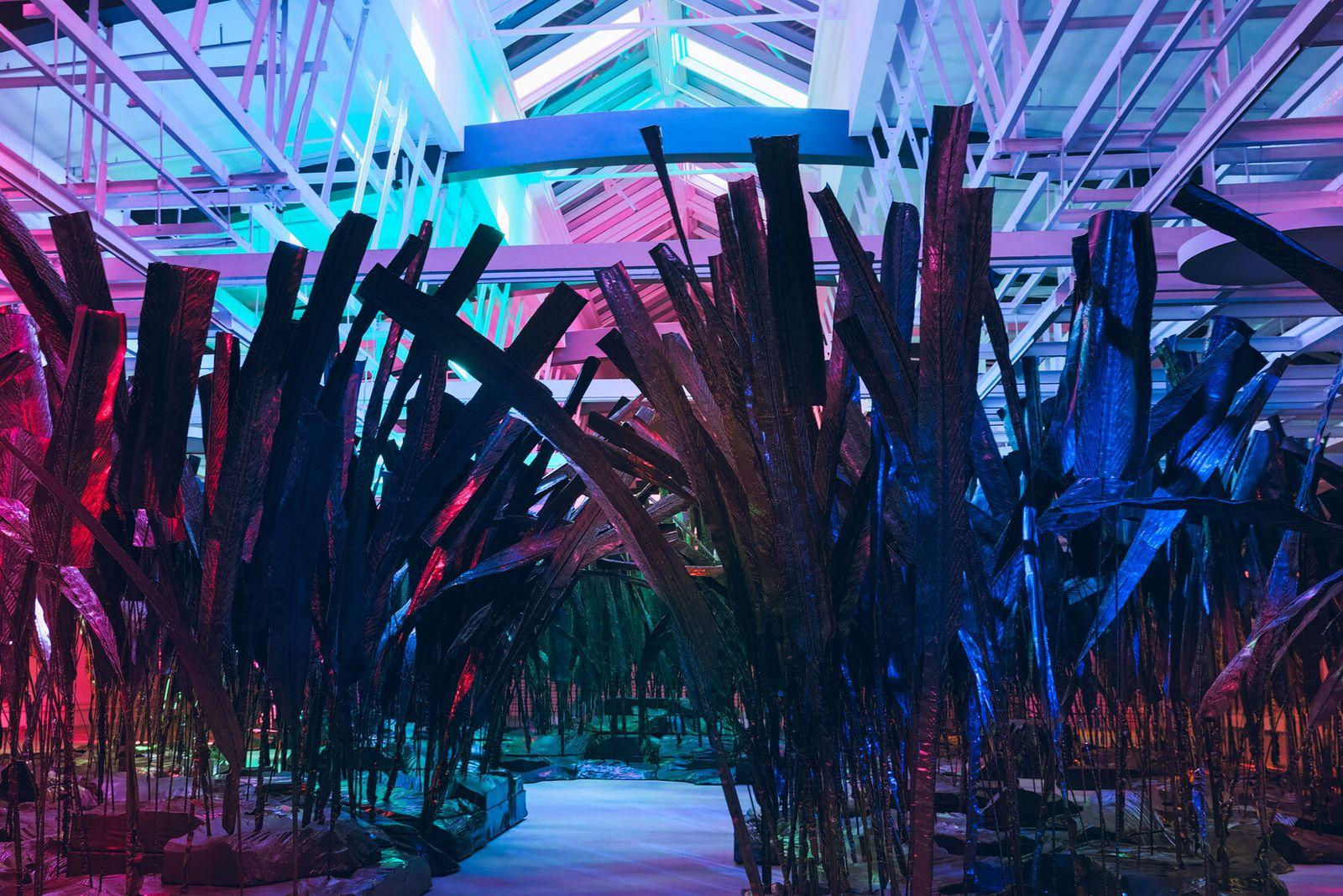 Инсталляция «Лес истекших ссылок» — серия фрагментов цифрового леса, изготовленная из термообработанной пленки. На каждом листе и на каждом фрагменте ландшафта отображены истекшие ссылки / Фото: Манеж