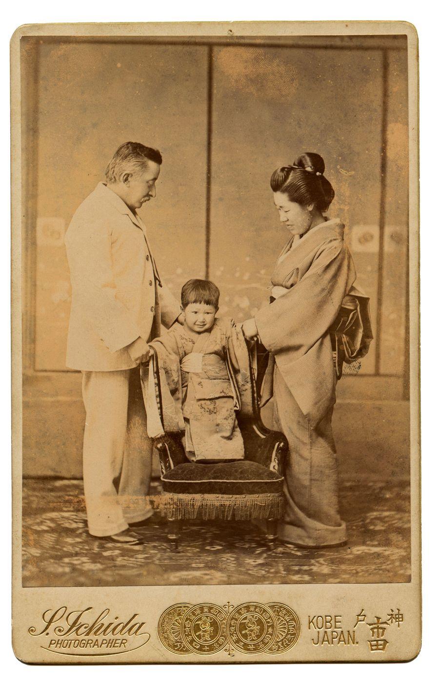 Лафкадио Хирн с супругой Коидзуми Сетсу и сыном.