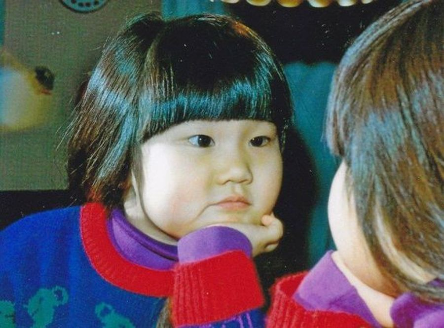 От 6 до 18 месяцев дети проводят много времени у зеркала, изучая себя и формируя самоидентичность.