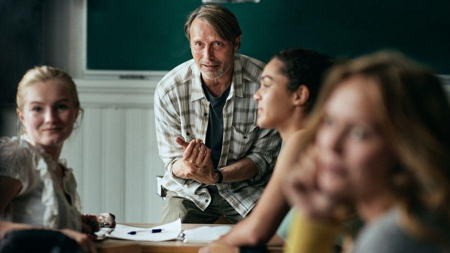 В фильме «Ещё по одной» главные герои работают учителями в школе, где по сути тоже популяризируют науку